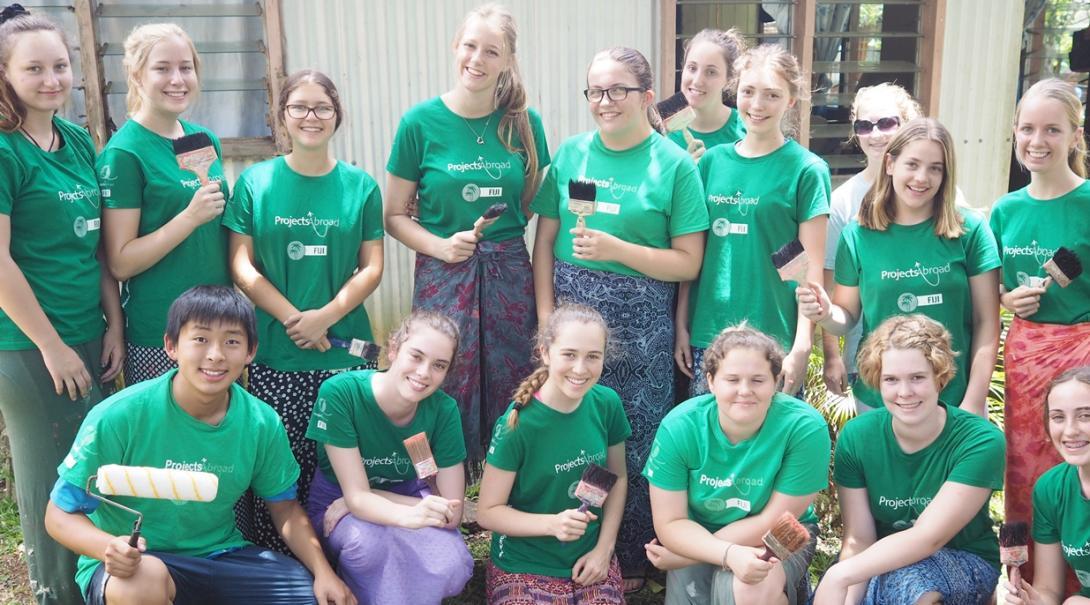 フィジーで地域奉仕活動の一環として教育施設のペインティングに取り組む高校生ボランティア